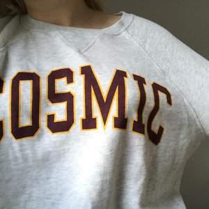 "Grå sweather ifrån hm med texten ""Cosmic"""