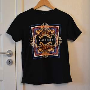"""En cool t-shirt med tryck där det står """"make sense"""". Använd några gånger men är i väldigt fint skick. Storlek M, oversized på mindre storlekar, sitter som vanligt eller möjligtvis lite oversized på M."""