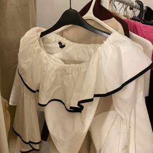 snygg och populär zara tröja i storlek xs bra skick !!!