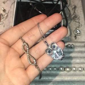 Ett armband med evighetstecken 10kr och halsbandet med en diamant Uggla 15kr. Kan både mötas och frakta