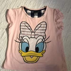 Kalle anka tröja från Disney. Den är lite sliten på trycket. Frakt på 22kr💖