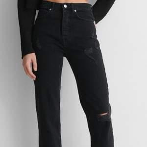 Raka svarta jeans med slitningar från nakd. Storlek 32 sitter väldigt bra och passar om du är runt 160💞. 200+ frakt 50kr