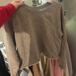 Croppad sweatshirt från HM som knappt är använd. Frakt tillkommer.
