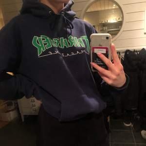 Mörkblå Thrasher hoodie köpt för 999kr. Vad jag kan hitta så säljs den inte längre någonstans💙 Hoodien säljs eftersom den sällan kommer till användning längre. Den har inga defekter (Den har inga fläckar som det kanske ser ut som på bilderna utan det är spegeln som är smutsig). Du står för frakten:)