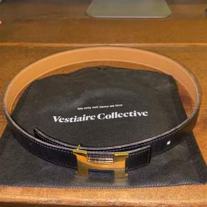 Im selling a vestiaire collective certified Hermes belt with a gold buckle. The leather belt is reversible and is in a good condition. Size: 24mm, length is 65. Can be picked up at my adress near Malmö Stadion. Or meet in the city. Cash only.