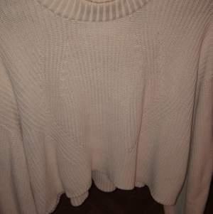 """Otroligt mysig stickad tröja. Lite kortare i modellen men ändå """"oversice"""". Använd fåtal gånger och är i fint skick!"""