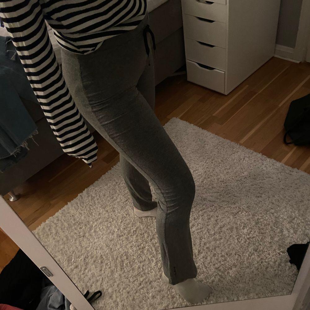Ett par gråa yoga pants som kan användas som både träningstights och mjukisbyxor. Dom är stretchiga och är mjuka och sköna. Dessa är i storlek XS men jag som är en S kan även ha dom. Köparen står för frakten. . Jeans & Byxor.