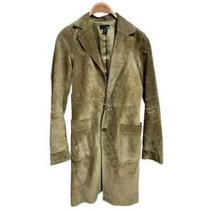 Välanvänd men i gott skick, äkta mocka kappa från HM. Den är tunn, lång och oerhört fin 🖤 i storlek 36 men passar lätt 36-38.