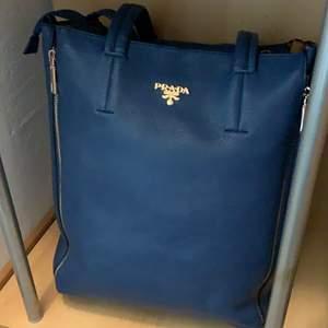Väldig fin väska och den är ny skick💕 det är ingen fast pris dey är bara buda.