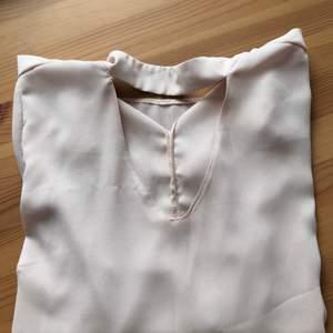 Beige/ljusrosa blus som passar perfekt både till fest och till vardags! Liten i storleken och är mer som en liten 38. 60 kr + frakt.
