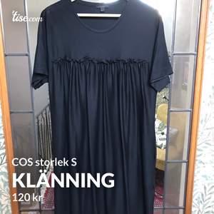 Svart midiklänning från COS. Materialet är svalt och skönt, den perfekta lilla svarta! Nyskick!