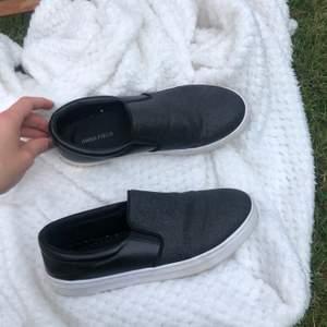 Snygga svartglittriga sneakers
