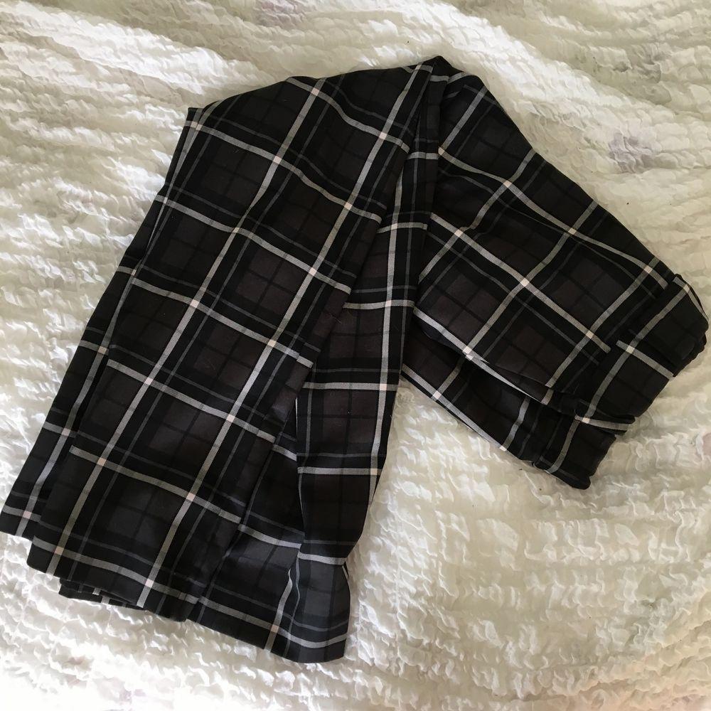Byxor med ressår i midjan, breda byxben och framfickor. Frakt ingår :). Jeans & Byxor.