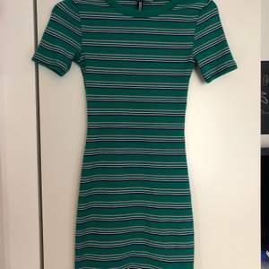 Sparsamt använd stretchig tight klänning från hm! Så fina färger och kramar kroppen jättefint! Storlek 32 men passar upp till 36! 84kr inklusive frakt!!