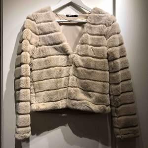 Beige tröja/kofta från Gina tricot. Helt ny med lappen kvar.