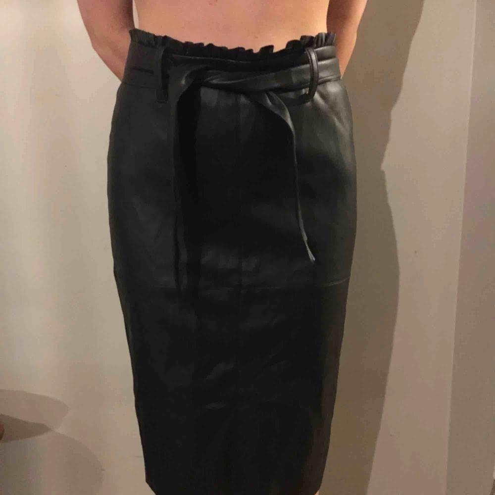 Kjol från Zara i skinnimitation med ett snyggt skinnskärp i midjan och rynkad upptill. Kjolar.