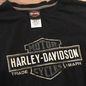 Sjukaste Harley tröjan med långärmat inbyggt i en kortärmad tröja. Broderat märke o tryck lite här o var. Köpt vintage i London