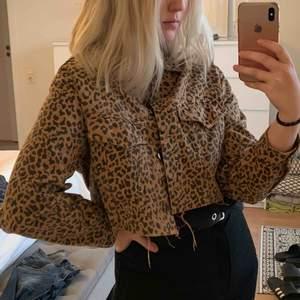Jättesnygg jeansjacka från Gina tricot med leopardprint. Storlek S. Aldrig använd då jag köpte den när det var för kallt. Köparen står för leveranskostnaden💕