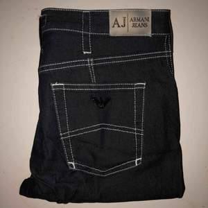 Ett par svarta Armani jeans med vita sömmar, hör av dig för frågor om passform osv 😀