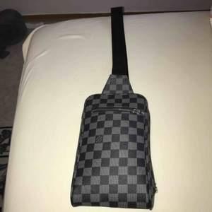 LV axelväska äkta läder och bästa kopian utav LV axelväska inuti väskan är det äkta mocka jätte fin väska herr.