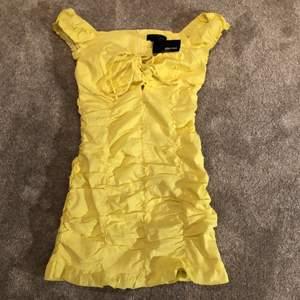 En gul klänning från Shein i storlek xs. Plagget är helt oanvänt med lappen kvar.