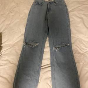 Snygga straight jeans från nakd. Klippt hålen själv. Köpta för 400-500kr & säljer för 150kr + frakt!😊 Storlek 36 men passar även 38!