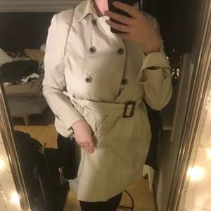 En beige kappa, i jättefint skick. Märket : Tom Joule