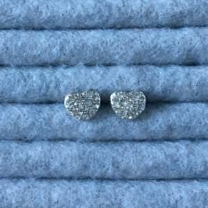 Silvriga strass örhängen i form av ett hjärta, använda några ggr. Alla smycken desinficeras innan köp! Se profil för fler annonser😋✨