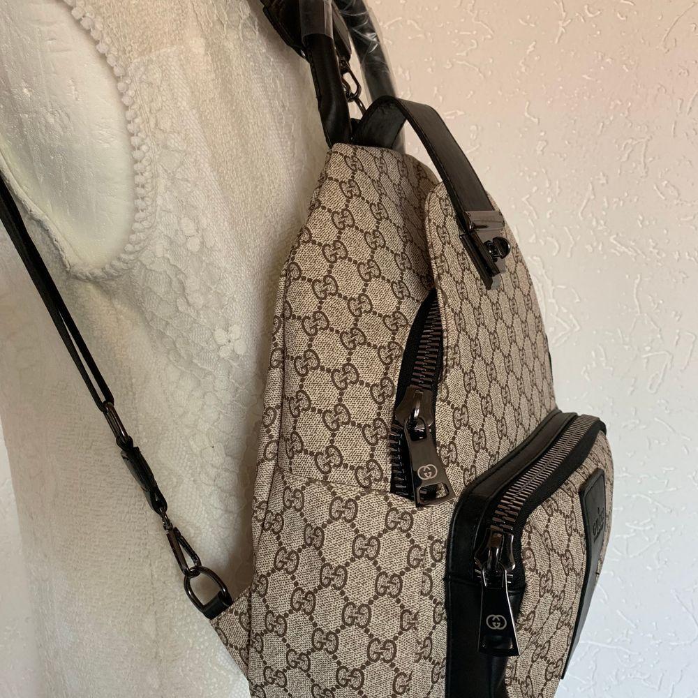 Ny Gucci inspirerad backpack perfekt till studie. Resa mm  ny.        En kanon kopia.  Kraftig tyg extra bra dragkedja.  pris 800kr.            Hämtas kan frakta spårbar 63kr med koli nr . Väskor.