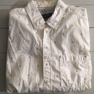 Fin skjorta från Brothers i storlek M med små ankare på. Knappt använd, ser som ny ut! 😄