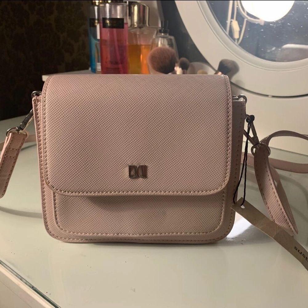 En liten rosa väska från Nakd med prislapp med. Frakt tillkommer (köparen står för frakt) . Väskor.