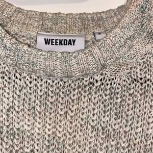 Multifärgad (subtila färger) stickad tröja från Weekday med långa ärmar 😍 Köptes våren 2020, knappt använd, finns ej kvar på hemsidan så skriv PM för mer info! Nypris: ca 300kr. Frakt ingår 💓