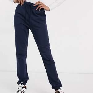 Fina mörkblå mjukisbyxor i superbra skick! Bara använda ett fåtal gånger. Dom är långa i benen så passar mig perfekt som är 175cm! Frakt tillkommer