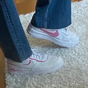 Jätte fina Nike airforce shadow pink. Använda två gånger, köpta för ca 1300kr och säljer för 800kr. Lägger upp igen då det var oseriösa köpare. Dessa är slutsålda nästan överallt och svåra att få tag på😍💕 säljer då jag vill ha en annan färg på de.