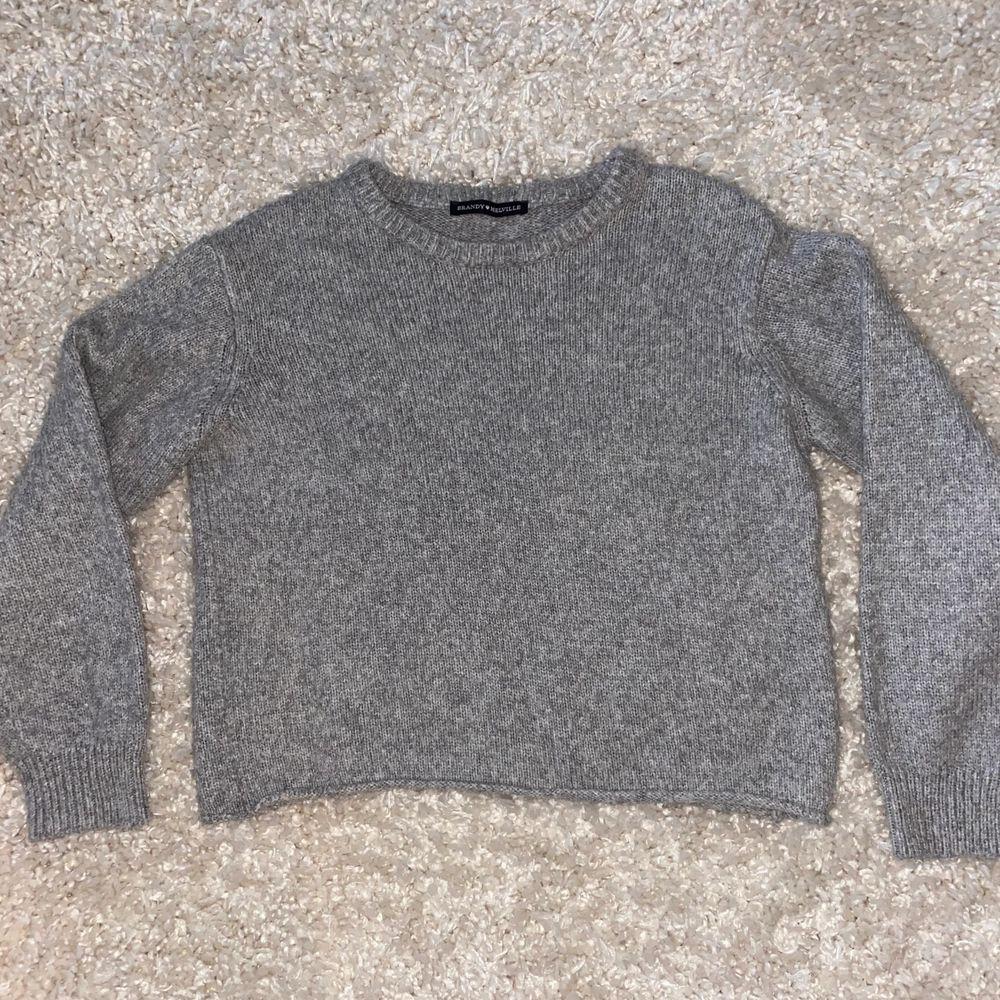 Jättefin grå stickad tröja från Brandy Melville. Original pris 390 kr💓  Eftersom brandy melville inte har storlekar är den one size men den passar som en S! Köparen står för frakt😊. Toppar.