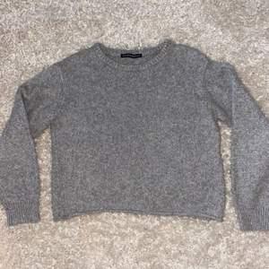 Jättefin grå stickad tröja från Brandy Melville. Original pris 390 kr💓  Eftersom brandy melville inte har storlekar är den one size men den passar som en S! Köparen står för frakt😊