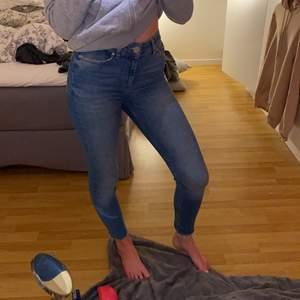 Fina tighta jeans som är avklippta nertill. Hög midja