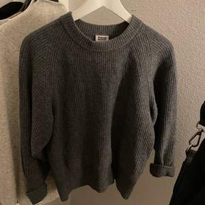 Jättefin stickad mörkgrå tröja från Weekday. Använt men fint skick! Ullblandning. Storlek XS. Frakt ingår i priset.