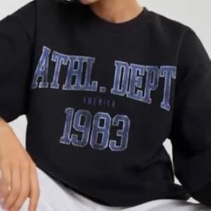 Världens mysigaste och snyggaste tröja  med oversize fit från Gina tricot köpt i höst. Säljes då det inte används  mycket. Sparsamt använd och har inga slitningar. BYDA FRÅN 170!!!