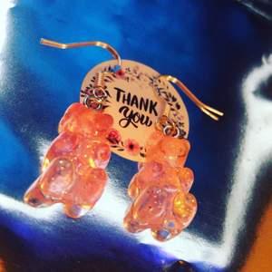 Rosa glittriga björnörhängen!💓 finns 2 par i lager, postbevis skickas alltid, dm vid intresse eller köp, endast 32kr ink frakt!