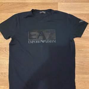 Säljer en Emporio Armani tshirt som jag köpte för 499kr som jag nu säljer då den inte passar mig längre