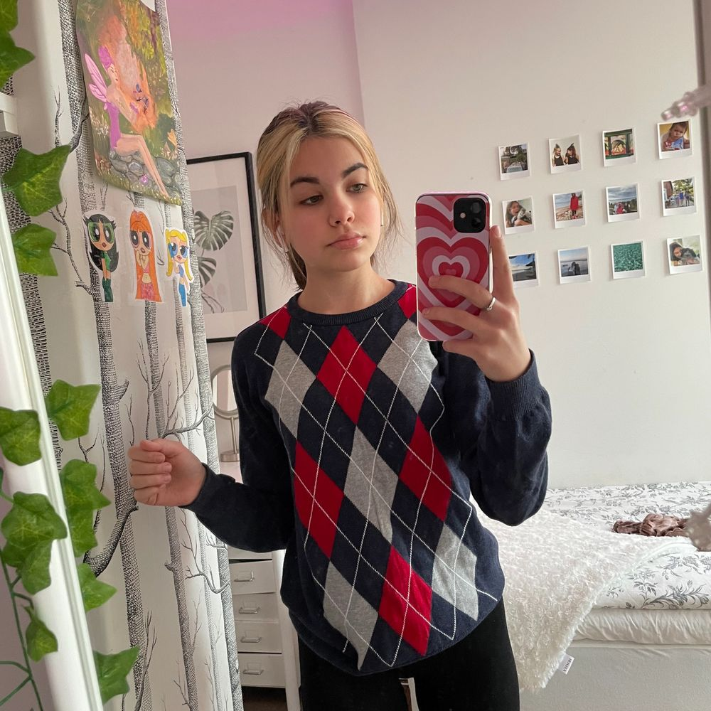Jättefin och trendig vintage sweatshirt, har endast används 2-3 gånger men jag säljer den pga att det inte riktigt är mina färger:/💕 det är fast pris på 200kr + frakt☺️💕. Huvtröjor & Träningströjor.