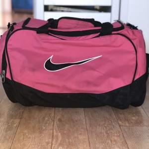 Sport väska, hyfsat stor och rymlig med olika fack