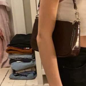 jag säljer en väldigt trendig mörkbrun handväska, köpt på urbanoutfitters för 350kr☺️ använd några få gånger kom tyvärr inte till användning💛 skriv för mer frågor!