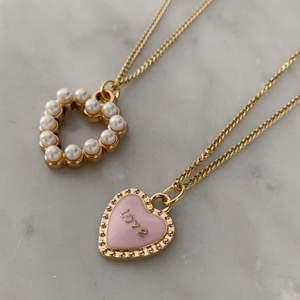 """Hjärthalsband för endast 110kr/st 🧸✨ Halsbanden finns i två olika motiv: med pärlor och i rosa med ordet """"LOVE"""" (som dessutom kan vändas på för en hel guldsida!)"""