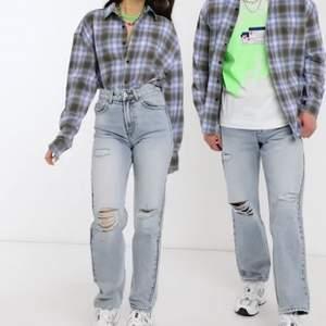 Blåa raka jeans från collusion (x000 unisex) i storlek 28. Skitcoola och raka, men tyvärr för små för mig! 💙