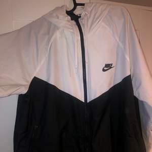 Säljer denna jättefina Nike jackan, den är i väldigt bra skick och den är perfekt att exempelvis träna i!! Säljer den för att den är för stor💖