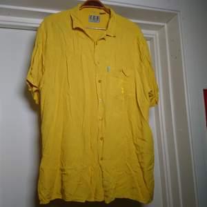 Gul kortärmad vintageskjorta med broderi på bröstfickan. Toppen som oversize🌻