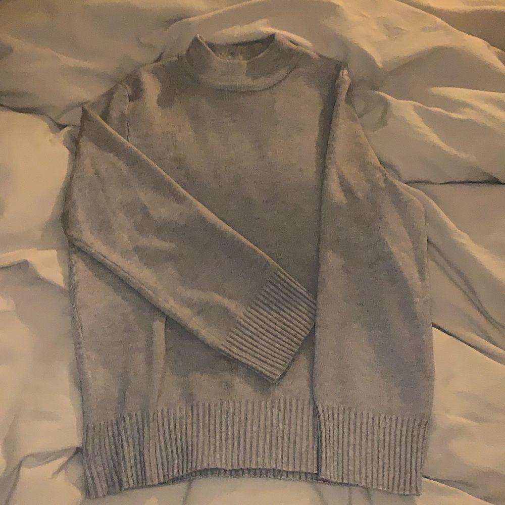 Beige stickad tröja ifrån vila. Säljer pga att den aldrig kommer till användning. Jättefint skick. Storlek S. Stickat.