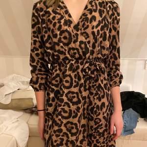 Fin klänning som är perfekt som strandklänning. Lätt att bara dra över. Använd fåtal gånger. Fint skick.
